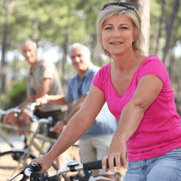 Ouderen onderweg op de fiets. Genietend van het leven.