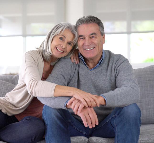 Een vrouw en man gelukkig samen op de bank