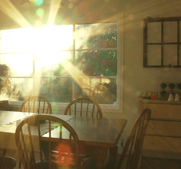 """""""De zon schijnt door het keukenraam"""". Geniet van het leven."""